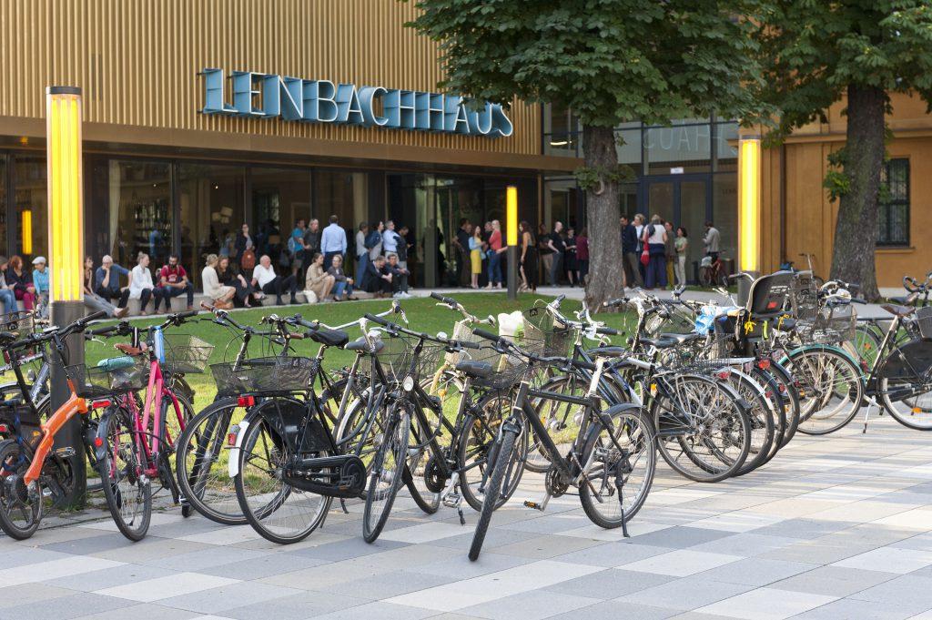 """Ausstellungseröffnung """"FAVORITEN III: Neue Kunst aus München"""", 2016. Foto: Lenbachhaus, München"""